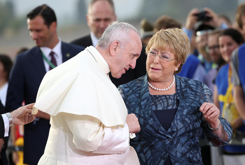 Le pape François a été accueilli par la présidente Michelle Bachelet, qui achève son mandat. Santiago, le 15 janvier 2018.