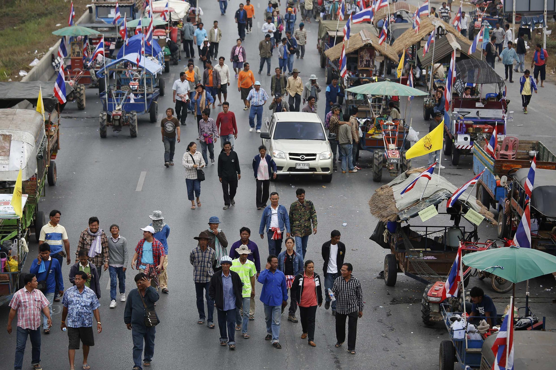 Nông dân Thái cùng đoàn xe máy cày biểu tình trên con lộ chính tại tỉnh Ayutthaya. Ảnh chụp ngày 21/02/2014.