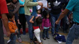 Một số gia đình nhập cư không giấy tờ bị tạm giữ ở McAllen, bang Texas, Mỹ, ngày 27/07/2018.