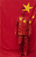 « In front of the Party's flag » (2006), de Liu Bolin.