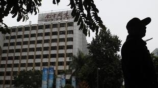广州一名警察守卫在南方周报大楼外2013年1月9日
