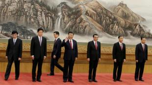 2017年10月25日新一屆中共中央政治局常委七名成員在北京人大會堂亮相。
