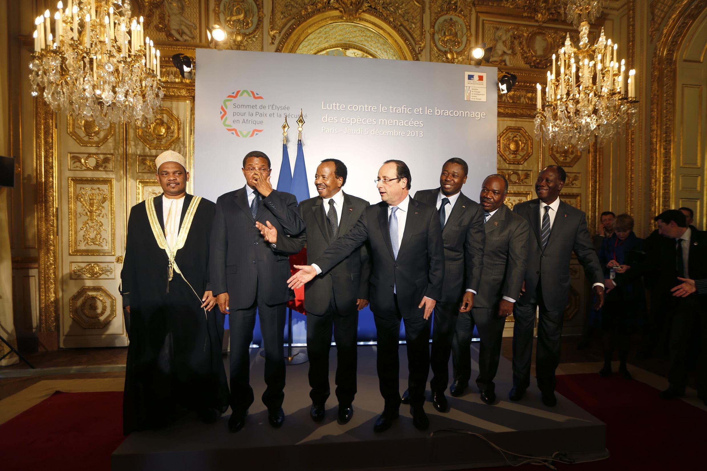 O presidente François Hollande dá as boas-vindas aos líderes de Comores, Tanzânia, Camarões, Togo, Gabão e Costa do Marfim, no palácio do Eliseu.