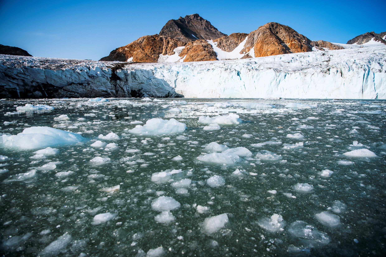 Fragmentos de hielo flotan frente al glaciar de Apusiajik, cerca de Kulusuk, un asentamiento en el municipio de Sermersooq, el 17 de agosto de 2019 en la isla homónima situada ante la costa sureste de Groenlandia