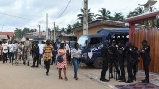 Des membres de la police militaire devant le palais royal de Grand-Bassam, en Côte d'Ivoire, le 10 novembre 2018.