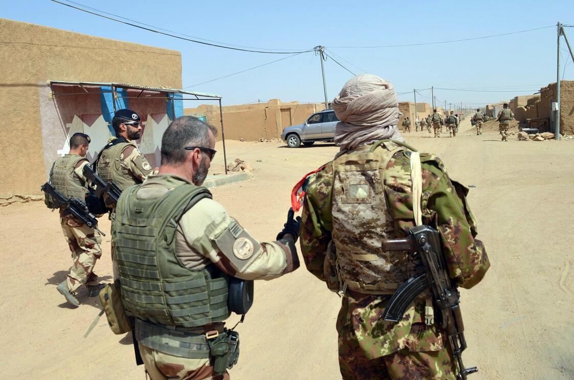 Des soldats français de Barkhane et des ex-rebelles de la CMA (Coordination des mouvements de l'Azawad, dans les rues de Kidal, dans le nord du Mali, le 25 octobre 2016.