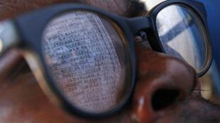 Un électeurs congolais inspecte la liste des votants dans un bureau de Bogoro, en Ituri, lors des élections de juillet 2006 en RDC.