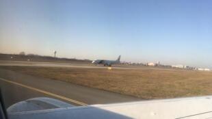 Avião da FAB com brasileiro repatriados de Wuhan decola do aeroporto de Varsóvia neste sábado, 8 de fevereiro de 2020.
