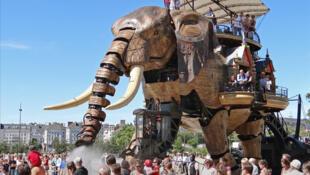 Le Grand élephant, une des attractions phares de l'édition 2012 du festival Voyage à Nantes.
