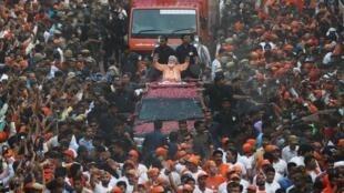 印度总理莫迪向支持者挥手致意 2019年4月25日