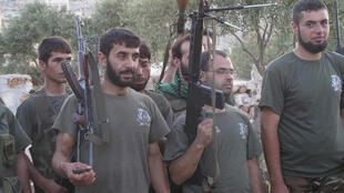 Rebeldes sírios durante treinamento em Sarmada, em foto do dia 9 de julho. Apesar de pouco equipado, o Exército sírio livre avança no cerco à Damasco.