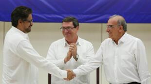 Los negociadores Iván Márquez (FARC) y Humberto de la Calle (gobierno), el pasado 24 de agosto de 2016 en La Habana.