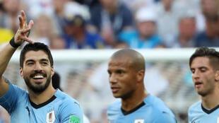 Luis Suarez abriu o marcador para o Uruguai, apurado para os oitavos de final do Mundial 2018.
