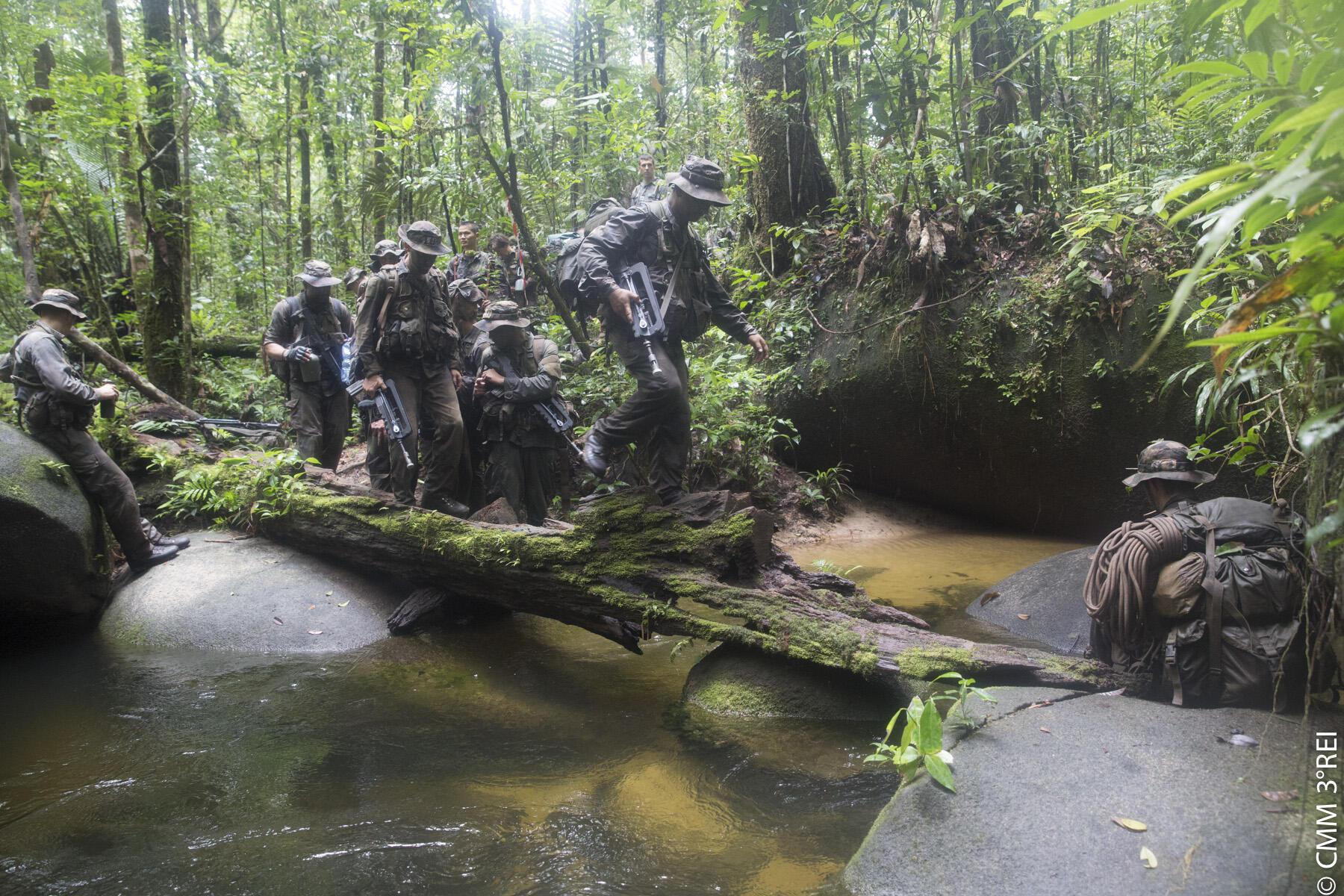 Homens do Terceiro Regimento da Legião Estrangeira treinam na selva da Guiana Francesa