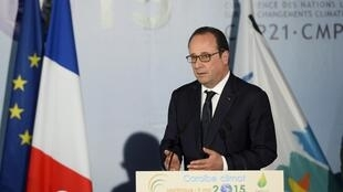 French President François Hollande addresses the Caribbean climate change conference in Martinique, 9 May 2015