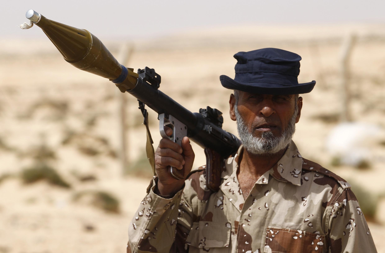 Un rebelle en la ruta  entre Ajdabiyah y Brega