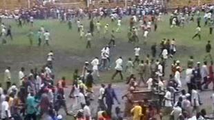 La foule s'échappe du stade à Conakry, le 28 septembre 2009.