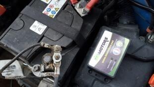 Placé ici à droite de la batterie, ce boîtier, monté sur des véhicules essence récents, permet de rouler à l'E85