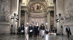 Presidente Macron e 5 novos cidadãos franceses no Panteão, para comemorar os 150 anos da República francesa