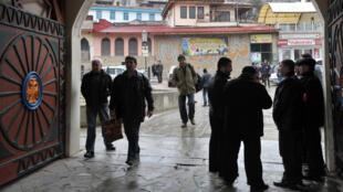 NgườiTatar trước đền thờ Hồi giáo tại thành phố Bakhtchyssaraï - Crimée. Ảnh ngày 07/03/2014.