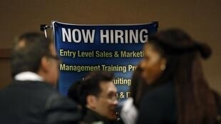 Người thất nghiệp Mỹ tìm việc tại một hội chợ việc làm ở New York ngày 24/10/2012.