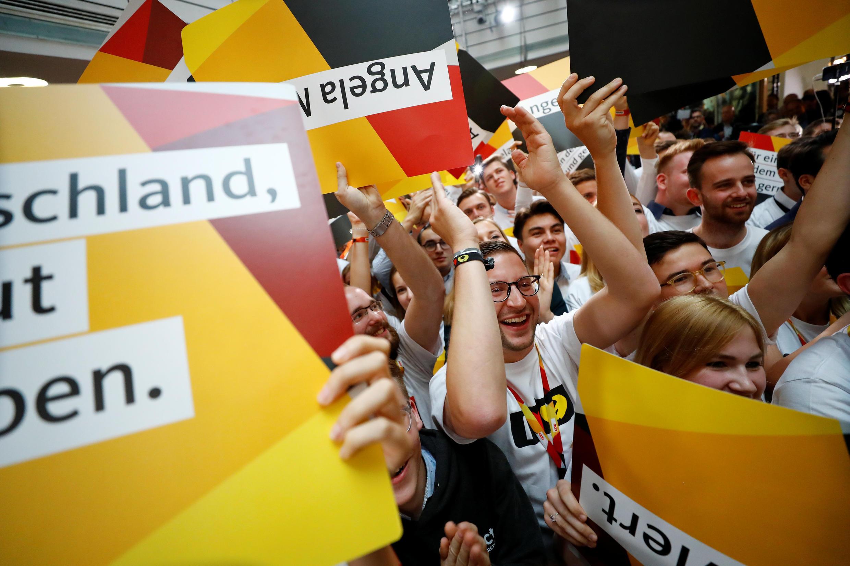 Apoiadores de Merkel comemoram no QG do partido em Berlim.