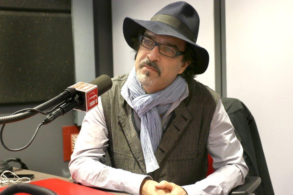 عتیق رحیمی، نویسنده فرانسوی-افغان، در استودیو بخش فارسی رادیو بینالمللی فرانسه