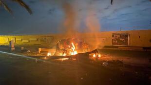 Un vehículo en llamas tras un bombardeo estadounidense contra el aeropuerto internacional de Bagdad el 3 de enero de 2020