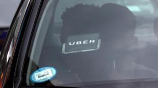 Une voiture avec le logo Uber dans Times Square à New York. le 27 juillet 2018.