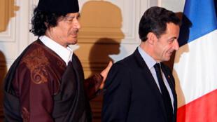 Tổng thống Pháp Nicolas Sarkozy (P) và lãnh đạo Libya Kadahfi sau lễ chứng kiến ký kết các hợp đồng trị giá 10 tỷ euro, điện Elysée, Paris, ngày 10/12/2007