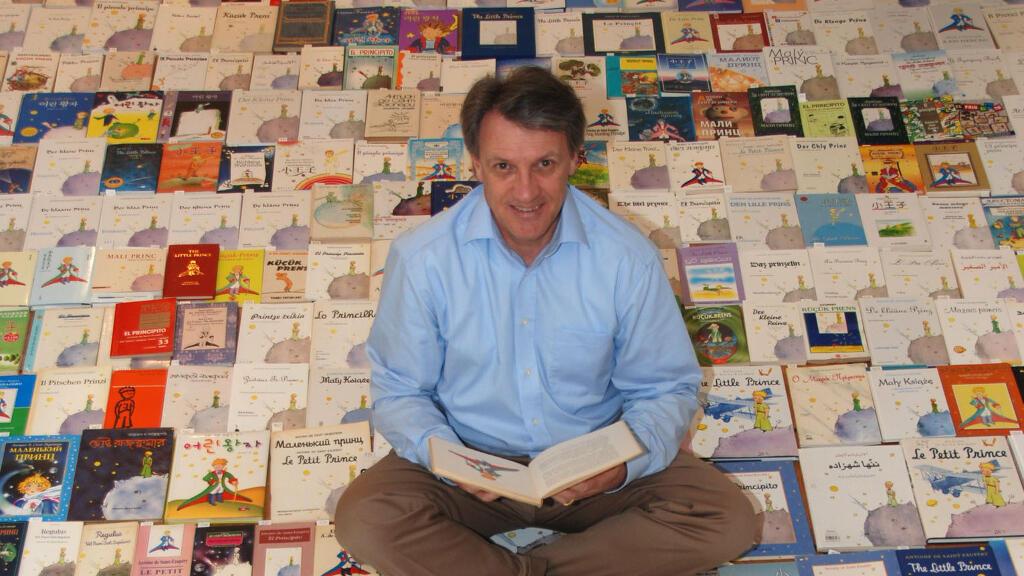 Jean-Marc Probst au milieu de sa collection d'albums du Petit Prince, venus du monde entier.