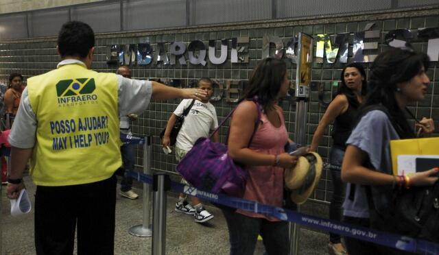 Des passagers à l'aéroport de Guarulhos, à Sao Paulo, au Brésil,  l'un des trois aéroports qui a été privatisé.