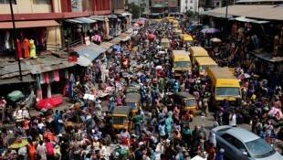 Mutane a titin birnin Lagos a Najeriya. Lagos na daya daga cikin biranen da ake samun masu bahaya a fili