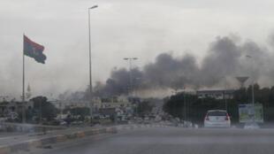 Un nube de humo se eleva durante fuertes enfrentamientos entre facciones rivales en Trípoli, Libia el 27 de mayo de 2017.