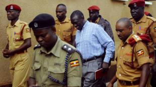 Kiongozi wa upinzani, Kizza Besigye akisindikizwa na maofisa wa gereza la Luzira alikokuwa akishikiliwa