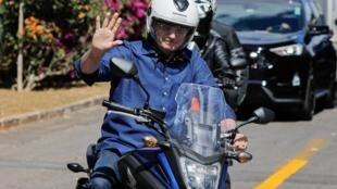 Le Président brésilien Jair Bolsonaro en virée à moto après avoir annoncé sa guérison du Covid-19