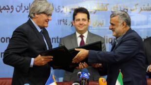 O ministro francês da Agricultura, Stephane Le Foll (esq.) assina acordo com o ministro iraniano da Agricultura, Mahmoud Hojjati (direita) durante viagem de um comitiva francesa ao Irã, iniciada nesta segunda-feira, 21 de setembro de 2015.