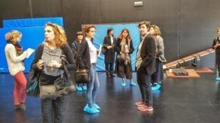 La directora de la directora de la Escuela Superior de Artes Circenses de Bruselas (ESAC) en la visita.