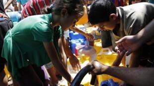 O exército de Israel anunciou um cessar-fogo de 7 horas nos ataques da Faixa de Gaza que sofre com falta de abastecimento de água.
