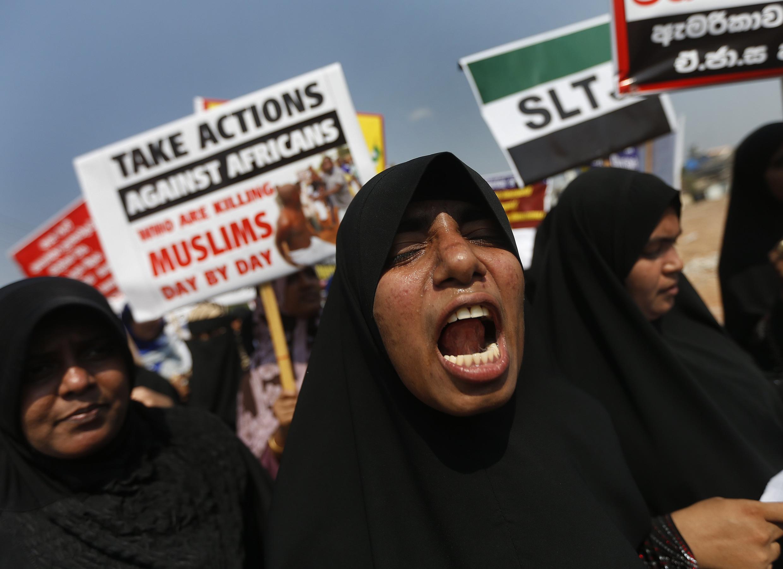 Des manifestants protestent, le 26 mars, contre la résolution déposée par les Etats-Unis et l'Union européenne à l'ONU demandant une enquête sur des crimes de guerre présumés.