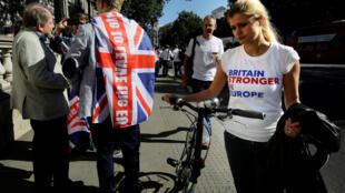 Un soutien au maintien croise un soutien à la sortie du Royaume-Uni, de l'Union européenne, le 24 juin à Londres.