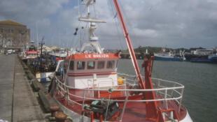 Chalutier dans le port de Lorient, Morbihan, France.