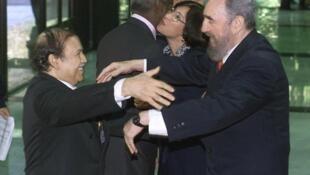 Fidel Castro et Abdelaziz Bouteflika à La Havane en avril 2000.