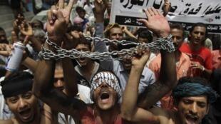 Un homme  enchaîné lors d'une manifestation anti-gouvernementale à Taiz, dans le sud du Yemen, pour demander la démission du président, Ali Abdullah Saleh,  le 17 juillet 2011.