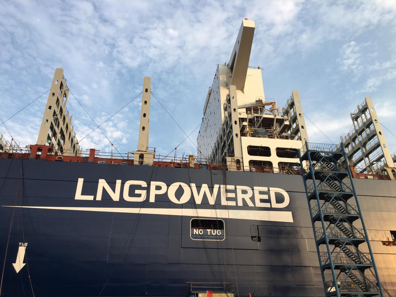 法广存档图片 - L'utilisation du GNL doit permettre de réduire de 20% la trace carbone du navire, et de supprimer l'oxyde de soufre dégagé par les moteurs au fioul des porte-conteneurs traditionnels.