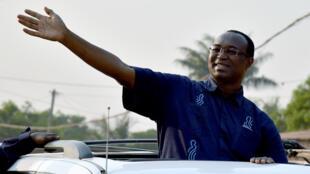 Anicet Georges Dologuélé, mgombea urais nchini CAR, akiwasalia wafuasi wake huko Bangui, Desemba 28, 2015.
