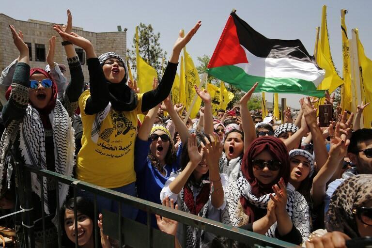 支持法塔赫的大学生在Birzeit大学选举活动中进行巴勒斯坦人运动的会议  2016年4月26日