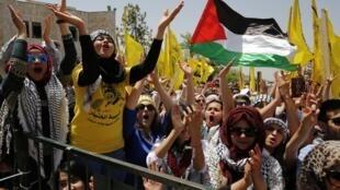 Des étudiants partisans du Fatah durant un meeting du mouvement palestinien lors des élections à l'université de Birzeit, le 26 avril 2016.