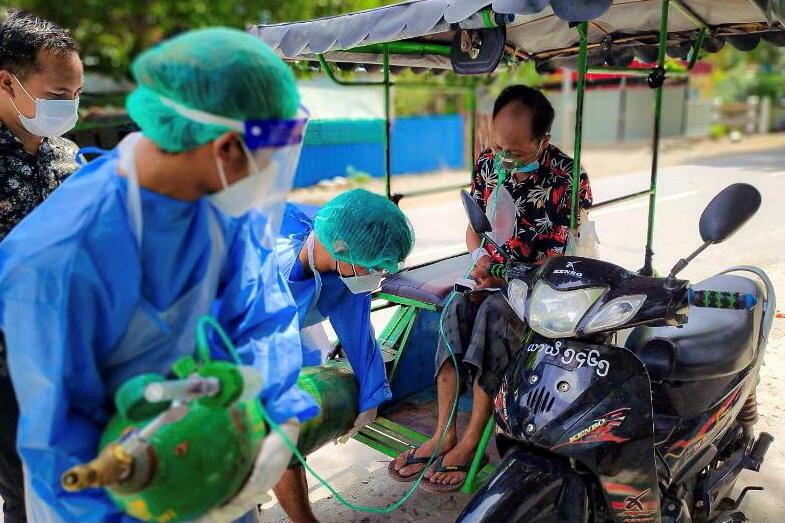 Des personnels de santé approvisionnent en oxygène un patient malade du Covid, à Kale, en Birmanie, le 5 juillet 2021.
