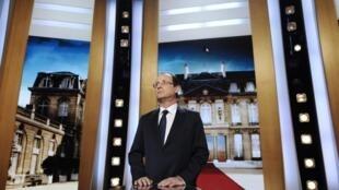 O candidato socialista ao Palácio do Eliseu, François Hollande, propõe imposto para milionários em programa de TV nesta segunda-feira, em Paris.